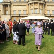 Queen+Elizabeth+II+Kate+Middleton+Gives+Garden+vKfnPemVADxl